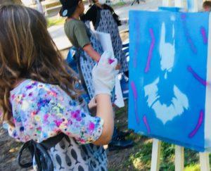 Graffiti workshop in ons Pop Up Atelier waarbij we buiten in het park creatieve en sportieve workshops geven
